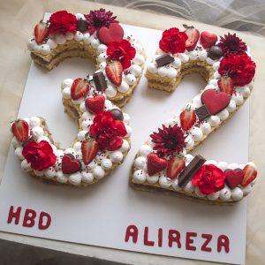 کیک تولد عدد 32 خامه ای گل و توت فرنگی