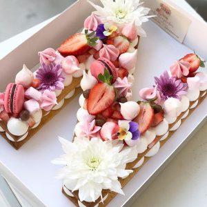 کیک و بیسکوکیک حروف N گل و توت فرنگی