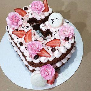 کیک و بیسکوکیک حروف G توت فرنگی و گل