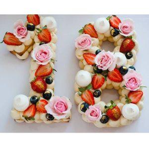 کیک سابله عدد 18 گل و توت فرنگی