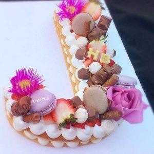 کیک سفارشی حروف J با گل