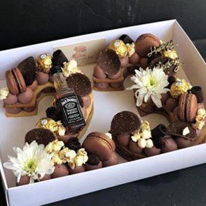 سابله کیک عدد 23 شکلاتی گل و ماکارون