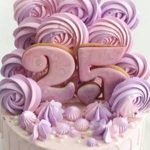 کیک تولد صورتی با مرنگ