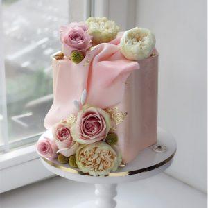 nivskaya 2 300x300 - سفارش کیک تولد مکعب تم صورتی و گل