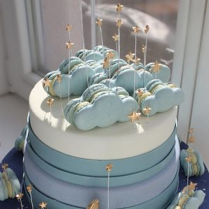 سفارش کیک تولد تم ماکارون ابریسفارش کیک تولد تم ماکارون ابری