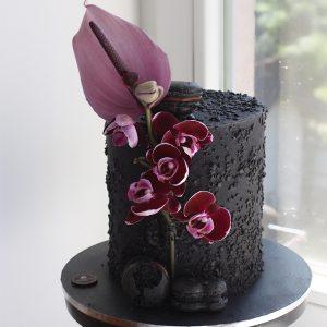 سفارش کیک تولد تم مشکی با گل سرخابی